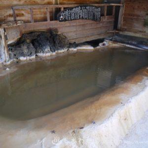 浴槽が崩れるほどの析出物!マニアに人気の長湯温泉郷の湯旅館がすごい
